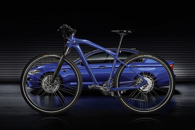 BMW、「M5」専用色で塗装したフレームにカーボン・パーツを装備した自転車を発売 価格は約18万5千円