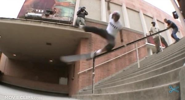 痛っ!スケボーで階段の手すりから落下、アスファルトにパワーボム!【動画】