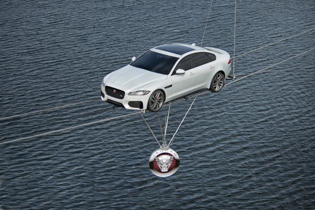 【ビデオ】ジャガー、初公開された新型「XF」が水上を綱渡り!