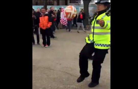 サッカーの国・イングランドは婦警さんもサッカーが上手すぎる【動画】