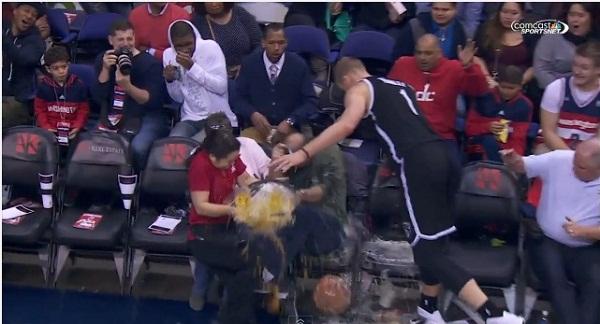 NBAの試合で身長2メートルの選手とビールガールが激突!大量のビールがぶちまけられる