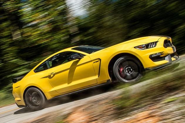 フォード「シェルビー GT350 R マスタング」が米『Road & Track』のパフォーマンスカー・オブ・ザ・イヤーを受賞