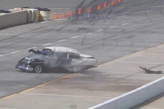【ビデオ】レース中にクラッシュ! ドライバーの両足がフロントガラスから突き出る