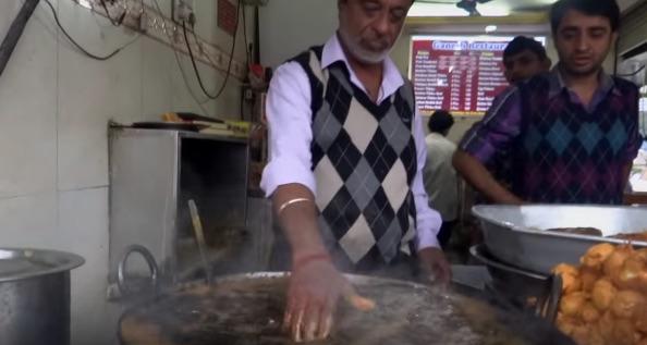 煮えたぎる油に平気で手を突っ込むインドの料理人がスゴすぎる【動画】