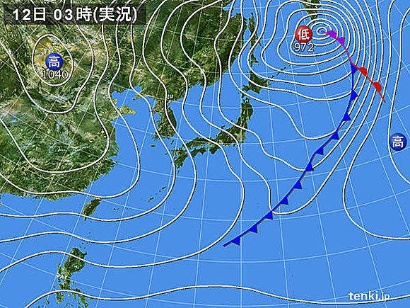 12日、日本付近は気圧の谷や強い寒気の影響を受けるでしょう。先週の大雪の影響が残る北陸を中心に日本海側で大雪となるおそれがあります。交通への影響や屋根から落ちる雪、ナダレにお気をつけ下さい。また、太平洋側でも雪雲の流れ込む所があるでしょう。