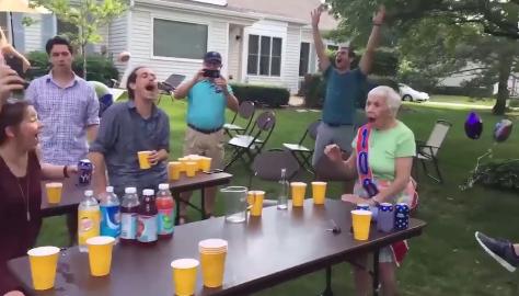 【ほっこり】100歳の誕生日を迎えたおばあちゃんがピンポン玉ゲームで見事一発命中!