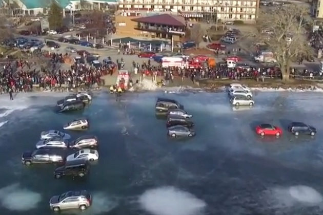 【ビデオ】米国ウィスコンシン州で凍った湖上に停めたクルマが水没する大惨事に!