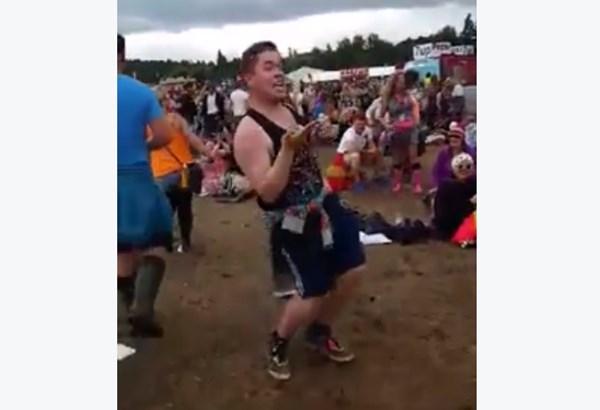 爆発的再生数!野外フェスで超パワフルに踊る気合入った角刈り野郎が大人気