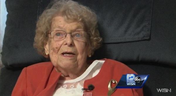 102歳のお婆ちゃん野球ファンの始球式登板が全米で話題に 「早く投げさせろ!」