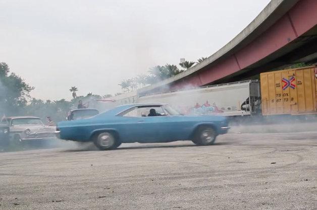 【ビデオ】マッスルカーでバーンアウトにドーナツスピン! 米の独立記念日を祝う映像