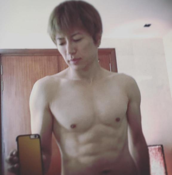 GACKTが筋肉隆々の上半身裸の写真を投稿して話題に 「カッコよすぎる」「惚れ惚れする肉体」