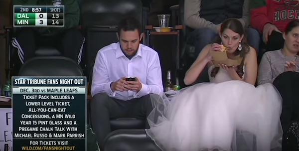花嫁がウェディングドレスのままハンバーガー食いながらスポーツ観戦!放送事故レベルにカッコよすぎると話題に【動画】