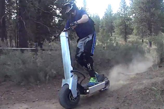オフロードを駆け抜けるWorks Electricの立ち乗りスクーター「B14」(ビデオ付き)