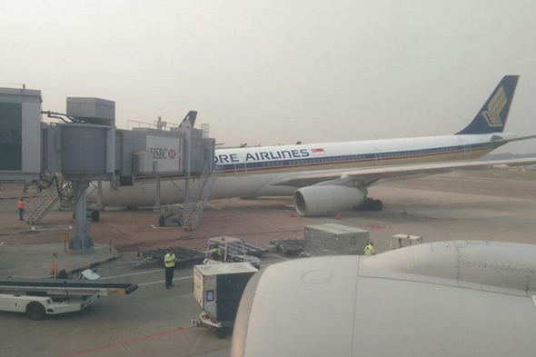 singapore airlines plane collapses at changi airport  pictures