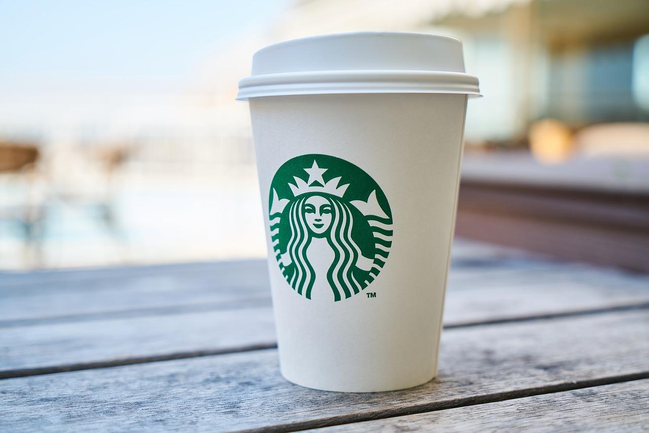 Demandan a Starbucks por servir un Frappuccino con… sangre