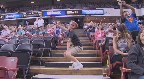 NBAの試合で真面目そうなメガネ少年がいきなりキレッキレのダンスを踊りだして話題に【動画】