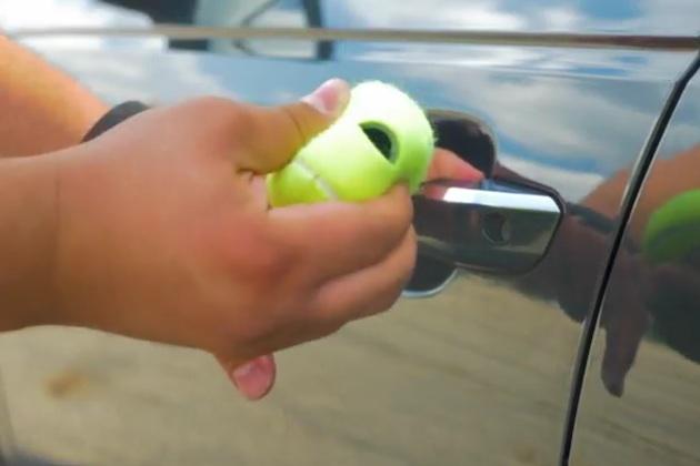 【ビデオ】噂の裏技を検証:テニスボールを使ってクルマのドアロックを開錠することはできるか!?