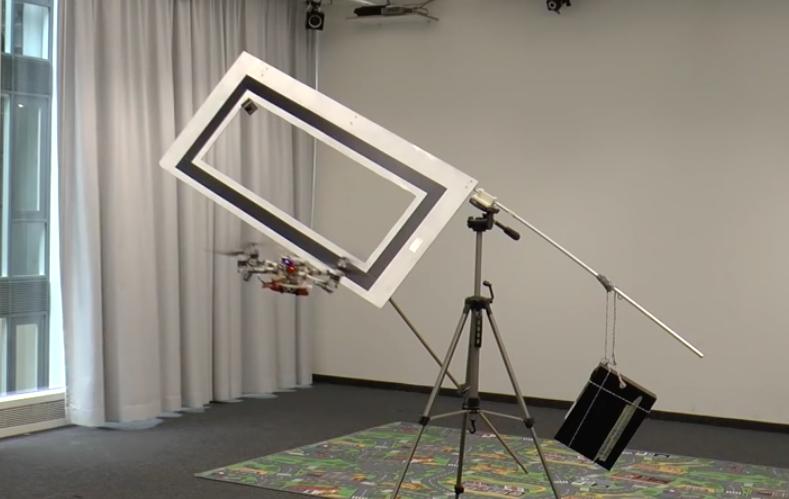 Quadrocopter fliegt durch engen Rahmen
