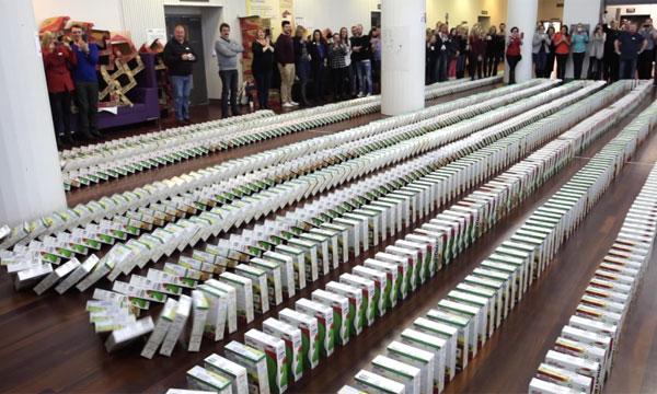 ケロッグのシリアルの箱2686個を並べてドミノ倒しに成功!楽しくも無意味な新ギネス記録が樹立【動画】