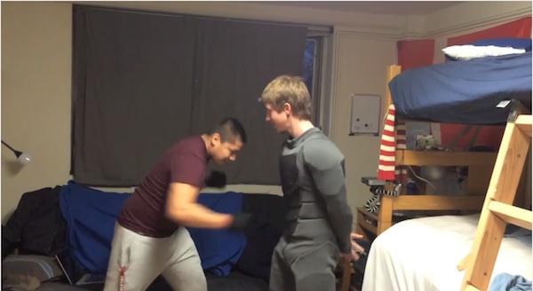 21歳学生がバットマン・スーツを自作!ガンガン殴られまくっても無敵【動画】