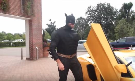 ボクシング世紀のヘビー級マッチの記者会見にバットマンが登場して話題にwww【動画】