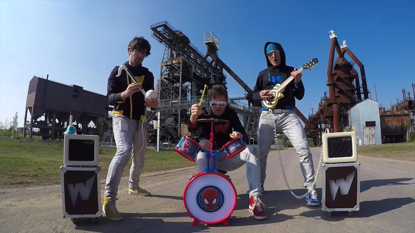 Rockt amtlich: Spielzeugband spielt Rage Against The Machine