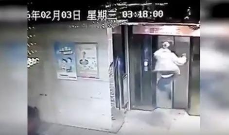 エレベーターに乗り遅れて怒りの飛び蹴りを見舞った男→イタすぎる結末に…【動画】
