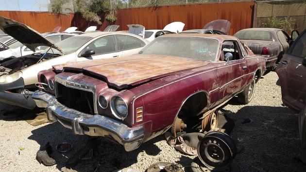 内装にコリンシアン・レザーが張られた1977年型クライスラー「コルドバ」を廃車置場で発見