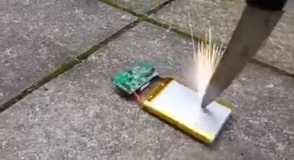 スマホのバッテリーにナイフぶっ刺したらマイケル・ベイ映画ばりに大爆発しました【動画】