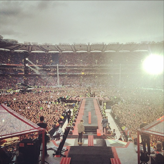 Liam Payne falls on stage Croke park pic video