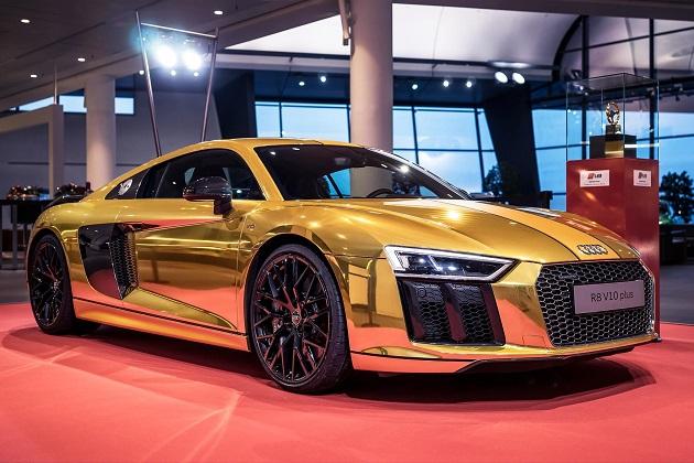 アウディ、ゴールデン・ステアリング・ホイール賞の受賞を祝って金色に輝く「R8」を公開