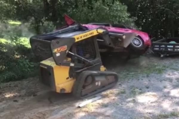 車を覗き込んだら愛娘がコトの最中・・・ブチギレた父親が車をブルドーザーで破壊 【動画】