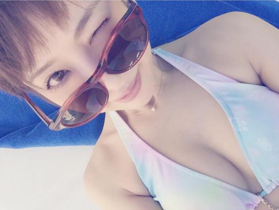サングラスをしてカラフルな水着を着た舟山久美子の水着画像