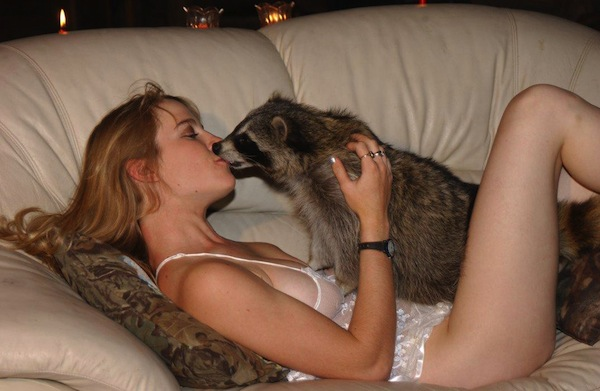 hot girls with a sense of humor, funny girls, hot girls, sexy girl kisses raccoon