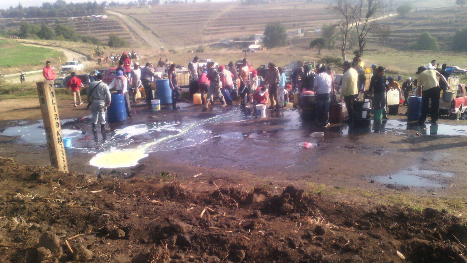 Tras fuga de toma clandestina, pobladores de Tláloc se llevan el combustible