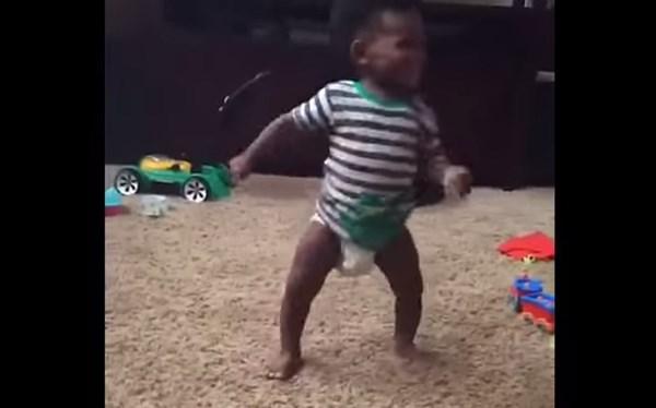 お気に入りの曲が流れた瞬間ノリノリで踊り出す赤ちゃんが可愛すぎる【動画】