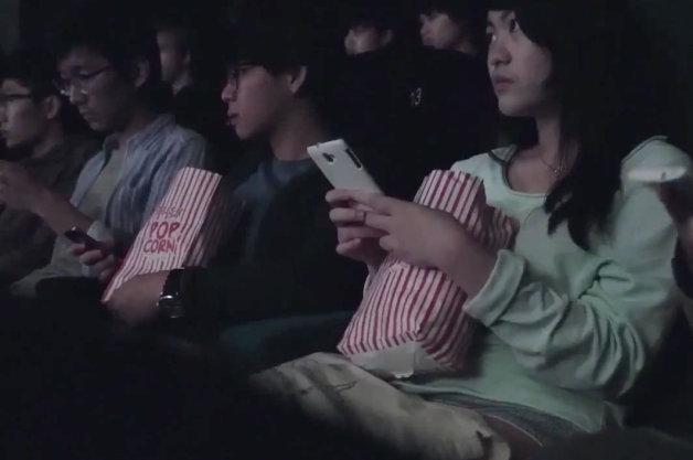 【ビデオ】運転中のメールがいかに危険かを映画館で実験