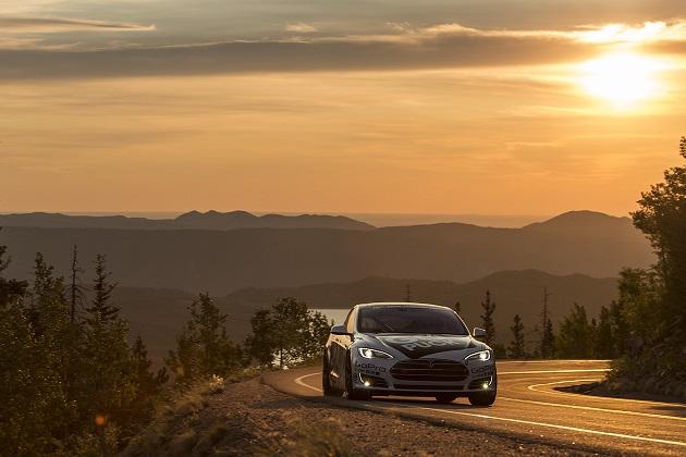 テスラ「モデルS」、パイクスピークで市販電気自動車クラスの最速記録を更新