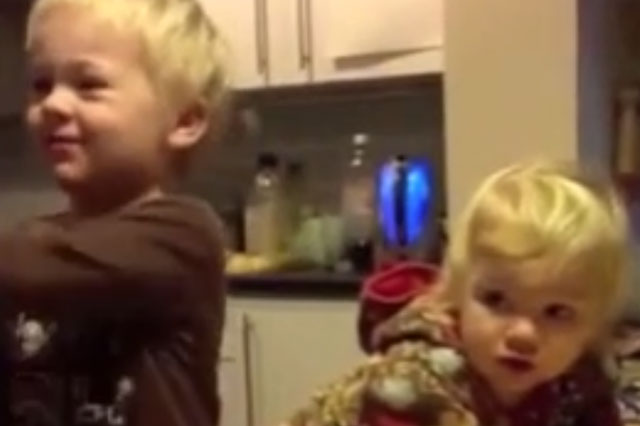 Toddlers' delight when they get an onion and banana for Christmas (video)