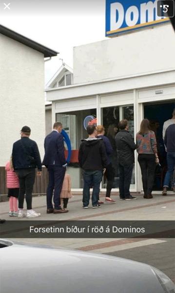 アイスランドの大統領、ドミノピザの行列に並んでいる姿を目撃される