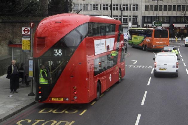 英国では自動車を運転する費用は下がる一方、公共交通機関の料金は大幅上昇