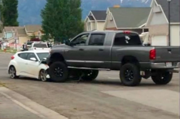 【ビデオ】少年が公園で無謀運転、怒った保護者が反撃!