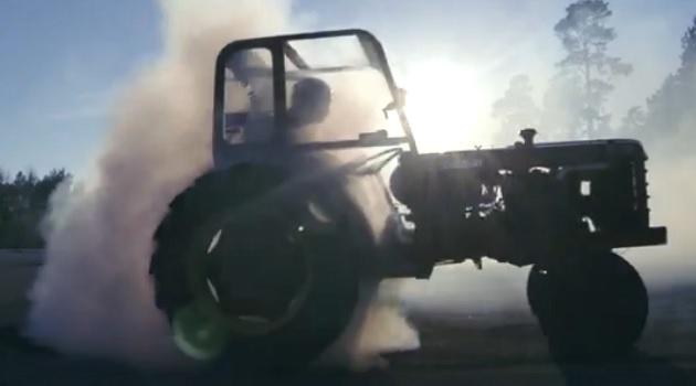 【ビデオ】トラクターが広大な畑で