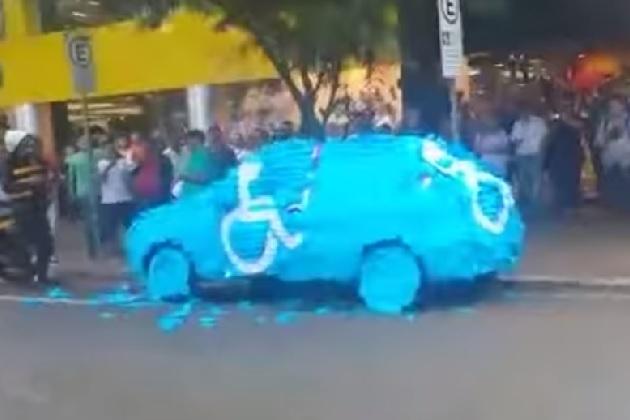 【ビデオ】障害者専用スぺースに違法駐車した男が、辱めの制裁を受ける!