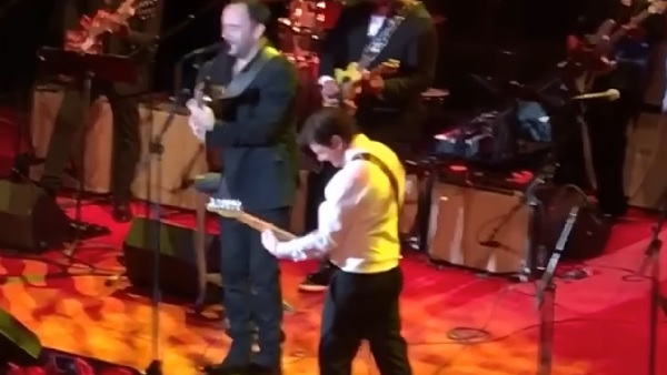 マイケル・J・フォックスがパーキンソン病のイベントで人気ミュージシャンとギターを演奏!【動画】
