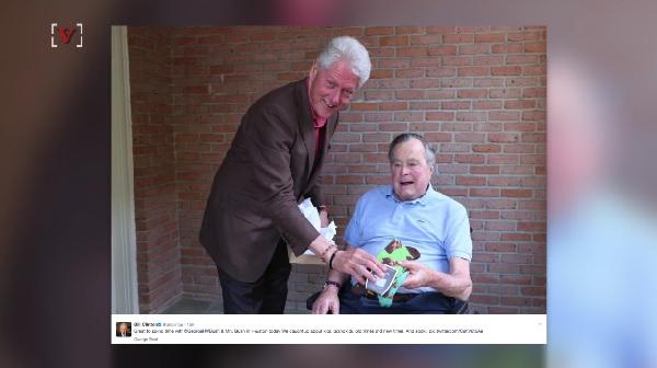 ビル・クリントン、ジョージ・H・W・ブッシュを訪ねてお茶目な靴下をプレゼント