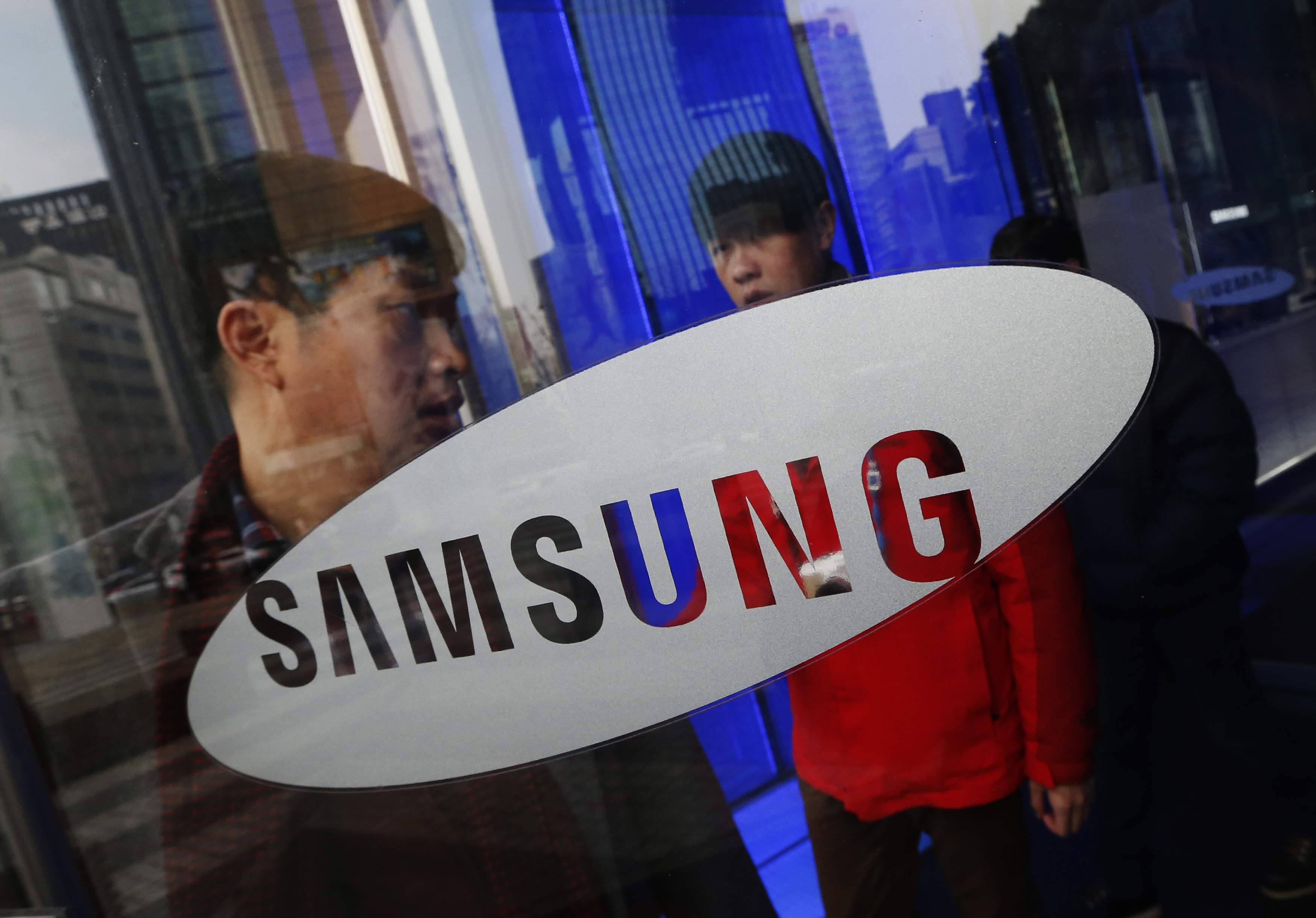 A man walks out of Samsung Electronics' headquarters in Seoul January 6, 2014. Samsung Electronics Co Ltd is bracing for its weakest smartphone profit growth this year since 2007 as arch rival Apple Inc challenges its domination in China's $80 billion market. Picture taken January 6, 2014.  REUTERS/Kim Hong-Ji (SOUTH KOREA - Tags: BUSINESS TELECOMS)