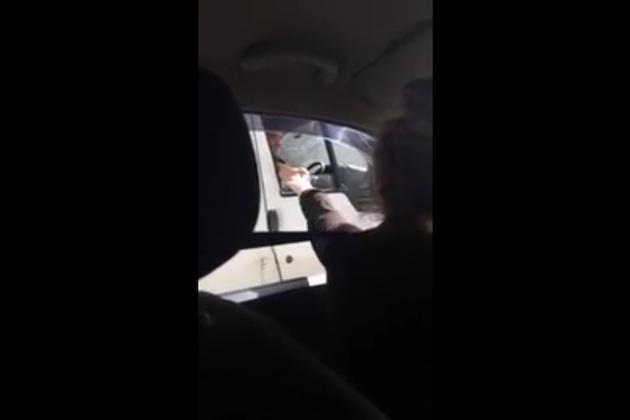 【ビデオ】高速道路を113km/hの速度で走行しながら女性をナンパする英国人男性!