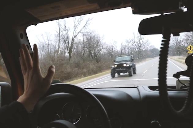 【ビデオ】ジープのドライバー同士がすれ違うときに挨拶する「ジープ・ウェイブ」、その起源に迫る