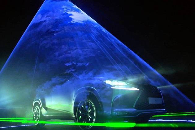 【ビデオ】音ゲーを現実化! レーザーが照らす滑走路でwill.i.amとレクサスが曲を奏でる